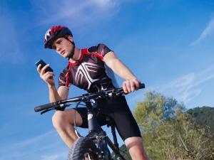 Wer kann nur gegen § 23 Abs. 1a bis 1c StVO verstoßen? Die Vorschrift gilt jeden, der ein Fahrzeug führt, also auch für Radfahrer.