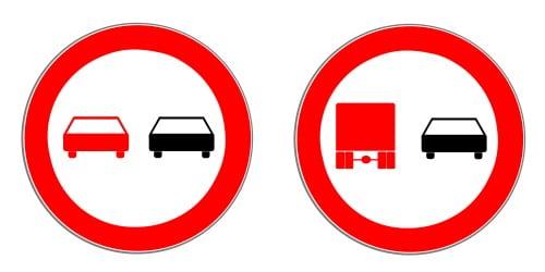 Taucht das Zeichen 276 oder 277 auf, ist das Überholen in der Baustelle untersagt.