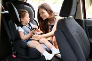 Ab wann darf ein Kind vorne sitzen? Mit einer Sitzerhöhung früher als ohne.