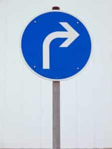Bei diesem Verkehrsschild müssen Sie nach rechts abbiegen.