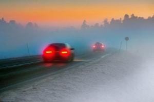 Abblendlicht sollten Autofahrer nicht nur bei Nebel, sondern auch bei Dunkelheit nutzen.