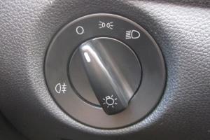 Auf das Abblendlicht weist das Zeichen, welches ganz rechts zu finden ist, hin.