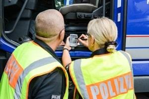 Durch die Abfahrtskontrolle wird sichergestellt, dass der Lkw verkehrstauglich ist und auch bei einer Verkehrskontrolle besteht.
