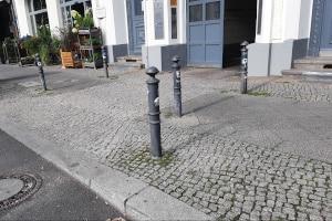 Abgesenkter Bordstein: Vorfahrt hat der fließende Verkehr.
