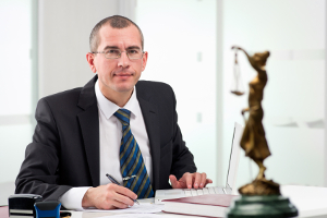 Beim Ablauf vom Bußgeldverfahren können Sie einen Anwalt konsultieren.