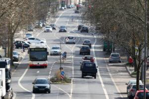 Im Straßenverkehr sollte der Abstand gleich dem halben Tachowert sein