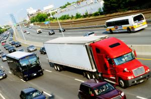 Einzuhaltender Abstand von einem Lkw im Verkehr