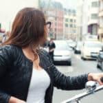 Genügend Abstand zu einem Radfahrer einhalten
