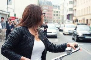 Autofahrer sollten auch auf genügend Abstand bei einem Radfahrer achten.