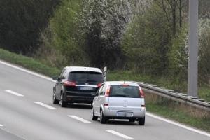 Ein Abstandsverstoß auf der Autobahn kann Sanktionen gemäß Bußgeldkatalog nach sich ziehen.