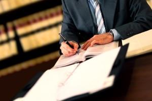 Akteneinsicht: Ein Anwalt kann sich die Akten in seine Kanzlei bestellen und diese prüfen.