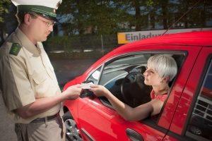 Alkohol am Steuer: Mit einem Unfall kann der Führerschein in Gefahr sein.