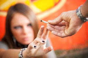 Die Einnahme von Alkohol mit Cannabis ist ein Beispiel für Mischkonsum.