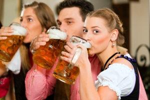 Alkoholgrenze: Mit einem Maßkrug Bier intus dürfen Sie kein Auto mehr fahren.