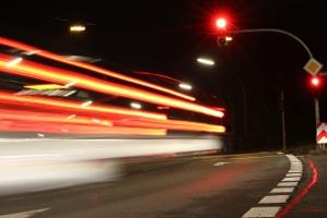 Ampel überfahren: Bei Rot geblitzt werden, kann Kosten in Form von hohen Bußgeldern verursachen.