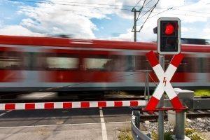 Das Andreaskreuz steht direkt vor einem Bahnübergang.