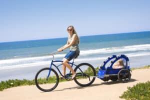 Im Anhänger am Fahrrad ist es für das Kind oft bequem.