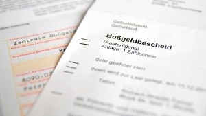 Vor dem Bußgeldbescheid erfolgt häufig eine Anhörung im Bußgeldverfahren. Diese kann die Verjährungsfrist einmalig unterbrechen.