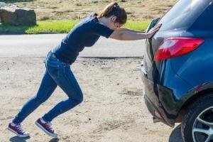 Anlasser defekt: Um Ihr Auto zu starten, können Sie es mit Anschieben versuchen.