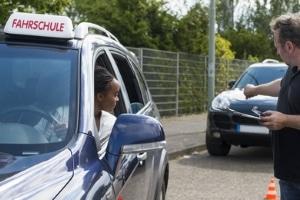 Beim Antrag auf Erteilung einer Fahrerlaubnis ist auch die Fahrschule anzugeben.