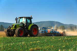 In der Landwirtschaft können Arbeitsgeräte wie Anhänger angekuppelt werden.