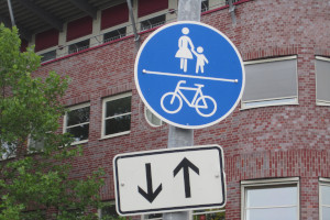 Auf dem Radweg zu halten, ist verboten.