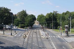 Auf welcher Seite dürfen Sie eine Straßenbahn überholen?