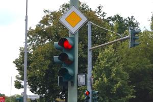 Augenblicksversagen: Eine rote Ampel durch kurzfristige Unachtsamkeit überfahren?