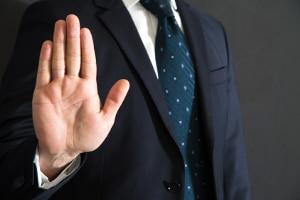 Vom Auskunftsverweigerungsrecht können Sie Gebrauch machen, wenn Sie damit sich selbst oder einen Angehörigen belasten würden.