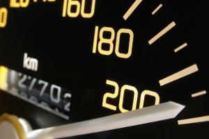 Wird außerorts die Geschwindigkeitsbegrenzung missachtet, steigt die Unfallgefahr.