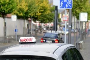 Für ein zweisitziges Auto mit 45 km/h wird ein Führerschein der Klasse AM benötigt.