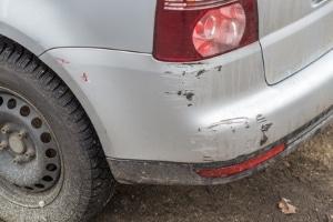 Auto angefahren und nicht bemerkt? Verlässt der Fahrer den Unfallort kann dennoch Fahrerflucht vorliegen.