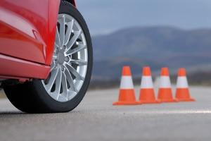 Mit dem Auto beim Fahrsicherheitstraining: Fahrübungen gehören auch dazu.