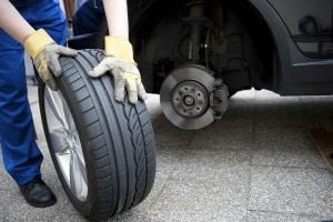 Der Reifenwechsel am Auto sollte beim Frühjahrscheck (d. h. an Ostern) erfolgen.