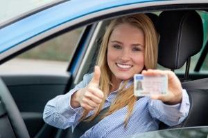 Fürs Auto den Führerschein machen: Eine Prüfung in Theorie und Praxis ist erforderlich.