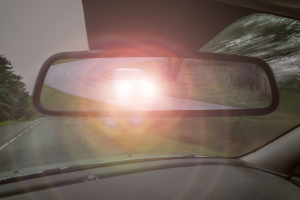 Mit geringem Abstand vorausfahrendes Auto: Das Licht muss rechtzeitig abgeblendet werden.