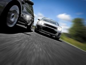 Wenn Sie mit dem Auto schnell anfahren, quietschen die Reifen.