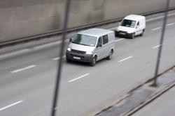 Ein Auto überholen auf der Autobahn