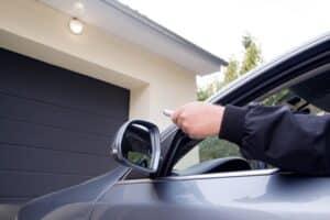 Das Auto, das nicht das vollständige Wechselkennzeichen hat, muss in der Garage untergestellt werden.