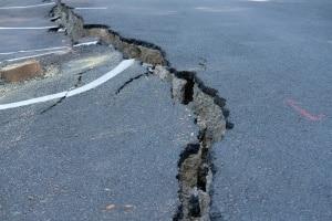 Autobahn: Ein Blow-up passiert bei Beton, denn dieser dehnt sich bei Hitze aus.