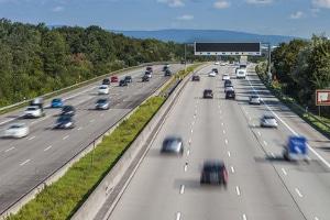 Auf der Autobahn kann für Lkw ein Fahrverbot in den Ferien gelten.