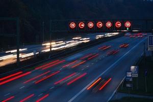 Autobahn: Ohne Geschwindigkeitsbegrenzung darf hier nur gefahren werden, wenn ein Verkehrsschild dies nicht verbietet.
