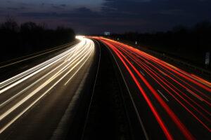 Auf der Autobahn sollten Sie nachts besonders wachsam sein.