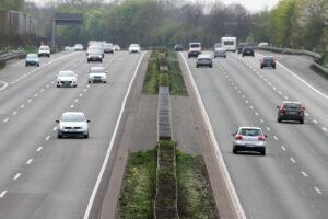 Auch auf einer Autobahn mit zwei Fahrbahnen sollten Sie wissen, wie die Rettungsgasse zu bilden ist.