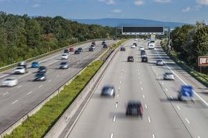 Autobahnfahrt in der Fahrschule: Tipps finden Sie in unserem Ratgeber.