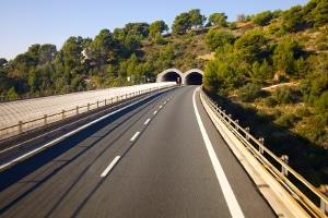 Kommt es in einem Autobahntunnel in Deutschland zu Stau, sollten Sie besondere Vorsicht walten lassen.