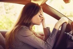 Autofahren mit Flip-Flops: Kommt es zum Unfall, kann Ihnen eine Mitschuld vorgeworfen werden.
