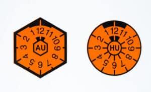 AU-Plakette und HU-Plakette: Seit 2010 ist nur noch die HU-Plakette an Autokennzeichen zu finden.