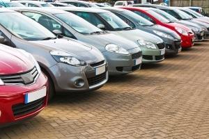 Auf engen Parkplätzen kann es schnell dazu kommen, dass eine Autotür gegen ein anderes Auto schlägt.