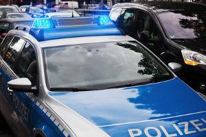 Nach einem Autounfall kann das Vorgehen auch die Meldung bei der Polizei beinhalten.